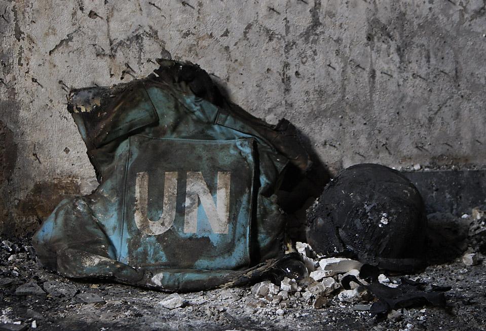 1) Сгоревший бронежилет и шлем ООН видны в разрушенном пансионе в Кабуле, в котором после нападения талибов погибли пять сотрудников ООН в четверг. (Gemunu Amarasinghe/Associated Press)