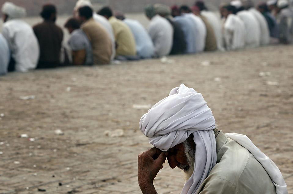 12) Беженец, покинувший свой дом из-за военного наступления в Южном Вазиристане, ждет своей очереди, чтобы получить паек вместе со своими соотечественниками в пункте распределения продовольствия в Дера Исмаил Хан, Пакистан. (Akhtar Soomro/Reuters)