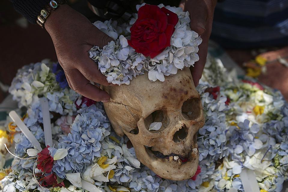 """2) Украшенный человеческий череп выставлен во время праздника Натитас (Natitas) в Ла-Пасе, Боливия. """"Natitas"""" представляют собой человеческие черепа из безымянных, брошенных могил, которые, как полагают некоторые люди, могут оберегать от зла, если за ними ухаживать и украшать их. (Хуан Karita/Associated Press)"""