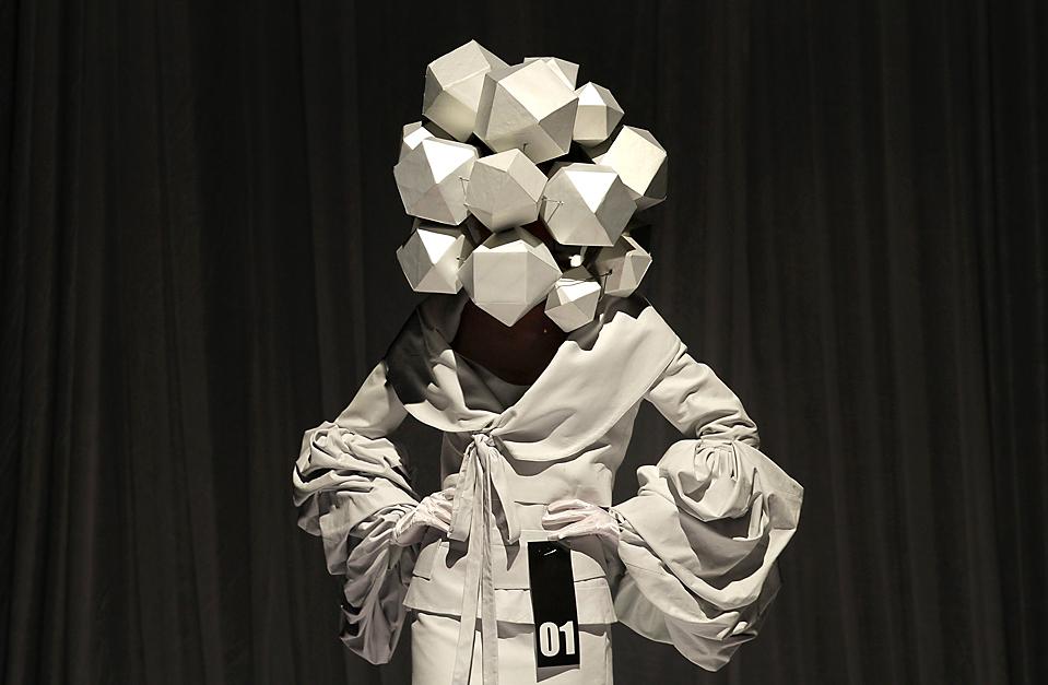 3) Модель, демонстрирует творение выпускников Пекинского Института Технологии Одежды во время Недели моды в Пекине. (Jason Lee/Reuters)