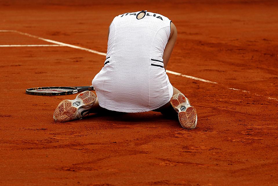 7) Флавия Пеннетта из Италии после победы в финальном матче за Кубок Федерации тенниса против Мелани Удены из США в Реджо-Калабрия, Италия, воскресенье. Италия выиграла Кубок Федерации, обыграв в США в трех встречах. (Giampiero Sposito/Reuters)