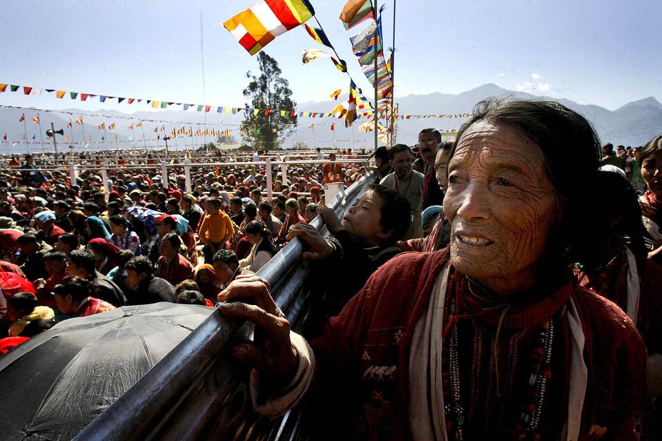 12) Тысячи буддистов собрались послушать Далай-ламу в Таванге, на северо-востоке индийского штата Аруначал-Прадеш. Индийские официальные лица запретили  журналистам освещать поездку духовного лидера тибетского народа в этот приграничный спорный район. Причиной стали попытки свести к минимуму напряженность в отношениях с соседним Китаем. (Anupam Nath/Associated Press)