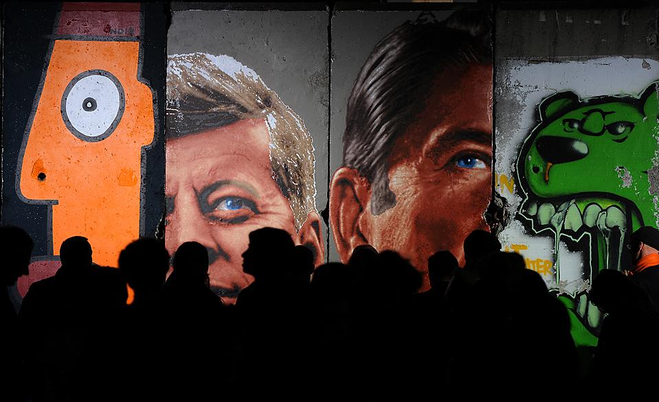 16) Люди проходят мимо оригинальной, 10-панели Берлинской стены на мероприятии в Лос-Анджелесе, которое прошло в честь 20-й годовщины падения Берлинской стены. (Марк Ралстон/Agence-France Presse/Getty Images)