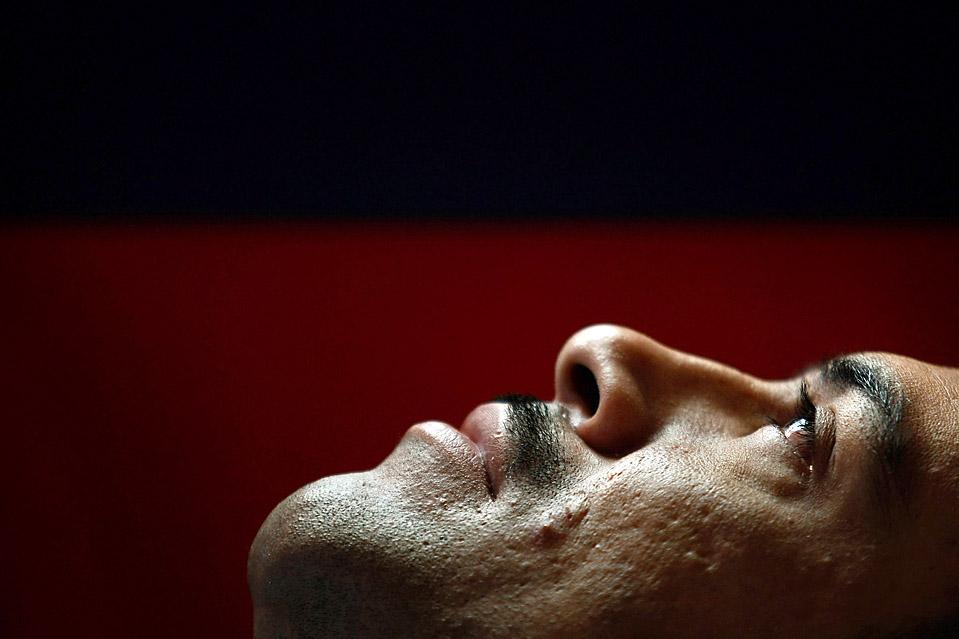 3) Мигель Лопес, у которого парализована нижняя часть тела, лежит в постели в Денвере. Мексиканский иммигрант, чьи дети родились в США, сломал себе шею прошлым летом прыгая на батуте. У Мигеля, бывшего строителя нет никакой медицинской страховки. Он получает помощь от некоммерческой организации Доминиканских Сестер. (John Moore/Getty Images)