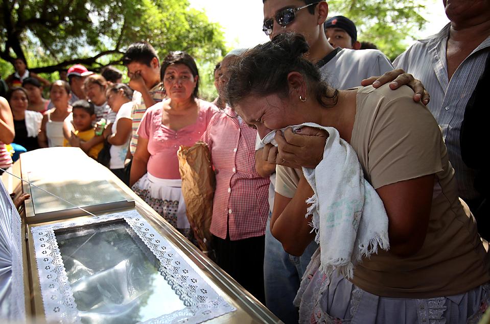5) Похороны 15-летней Каролины Айяла , в Верапасе, Сальвадор. Эта девочка стала одной из 130 жертв, погибших из-за наводнений и оползней, вызванных ураганом Ида. ООН утверждает, по крайней мере, 10 тысяч жителей Сальвадора нуждаются в срочной продовольственной помощи. (Rodrigo Abd/Associated Press)