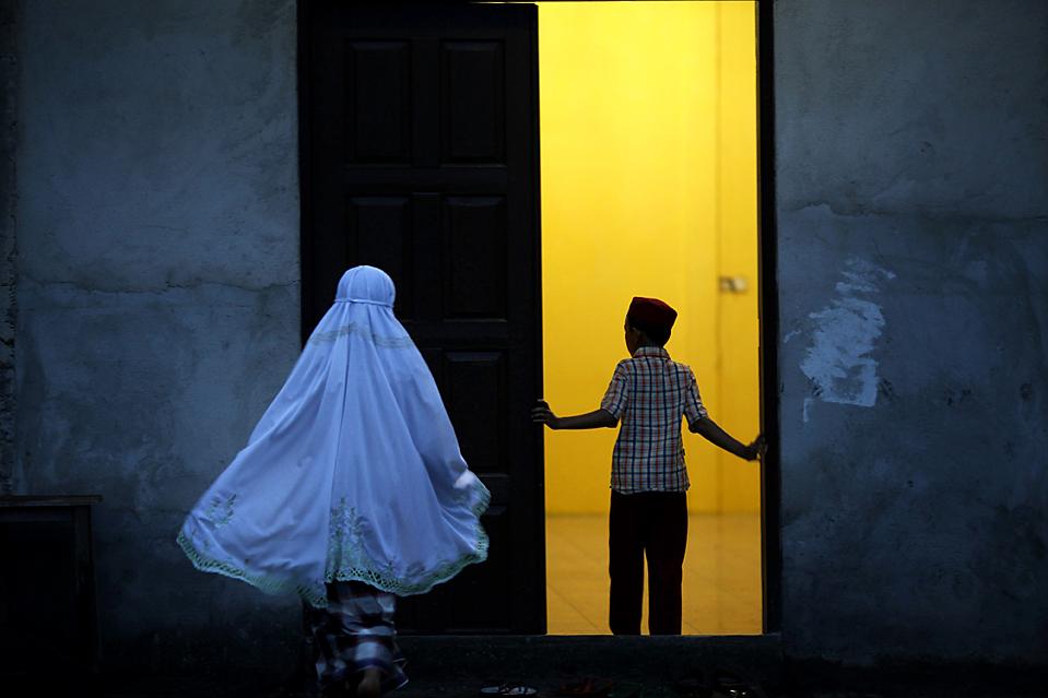 6) Мальчик заходит в мечеть в Телук Меранти, Индонезия. (Beawiharta/Reuters)