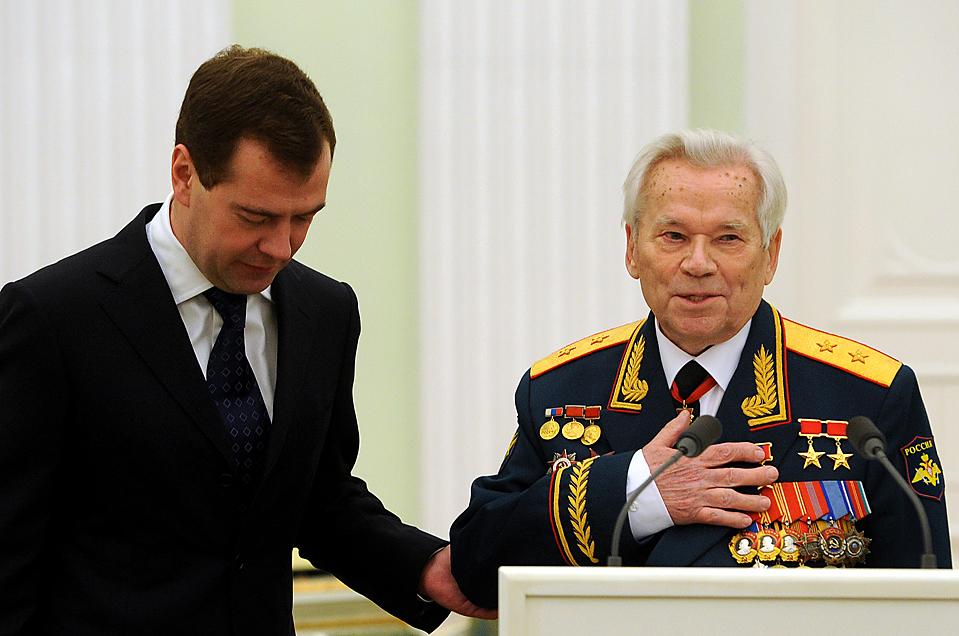 7) Дмитрий Медведев, во время празднования 90-летнего юбилея создателя автомата АК-47 Михаила Калашникова в Кремле. (Наталья Колесникова/Associated Press)