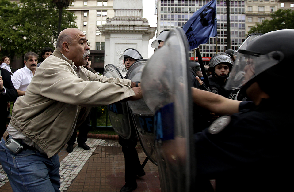 9) Потасовка между демонстрантами и полицией на Плаза де Майо в Буэнос-Айресе из-за постановления суда о выселении скваттеров, которые незаконно захватили здание и проживали в нем в течение 15 лет назад. (Наташа Писаренко/Associated Press)