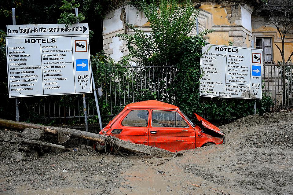 11) Автомобиль в грязи, во вторник, после оползня на южно-итальянском острове Искья. Из-за оползня погибла 15-летняя девушка, и более десятка человек получили ранения. (Roberto Salomone/Agence France-Presse/Getty Images)