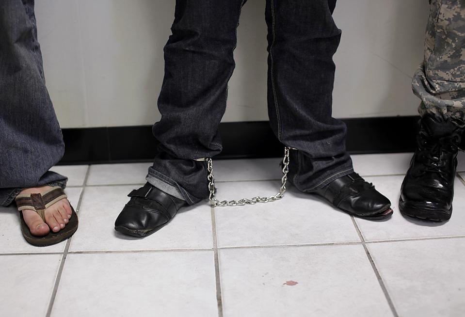 15) Заключенного, подозреваемого в похищении мексиканской женщины, ведут в кандалах в городе Тихуана, Мексика. 21-летняя гражданка США, которая была похищена на прошлой неделе у границы, была найдена в туалете. Трое подозреваемых, в том числе один гражданин США, обвиняются в том, что угрожали убить похищенную женщину, если не будет выплачено $ 200,000. (Guillermo Arias/Associated Press)