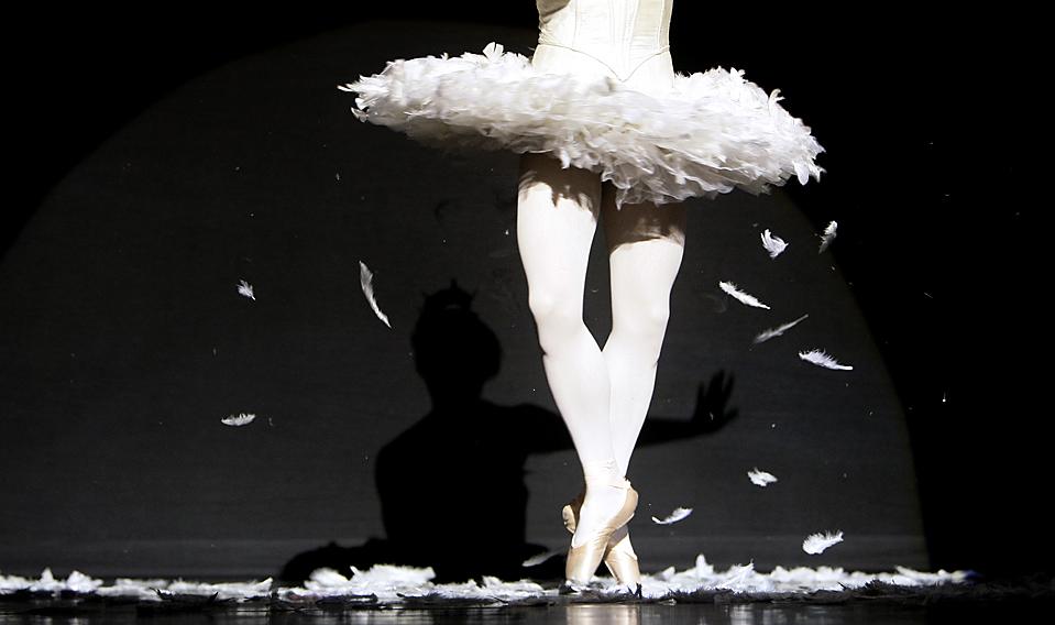 """16) Раффаэле Морра, балерун мужской труппы Trocks, исполняет партию в балете """"Умирающий лебедь"""" на репетиции в Королевском театре в Сиднее. (Rick Rycroft/Associaed Press)"""
