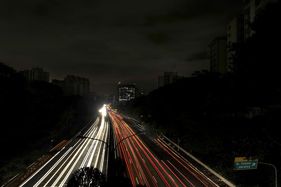 1) Автомобили едут по скоростной автомагистрали 23-де-Майо в Сан-Паулу во время массового отключения света, из-за которого десятки миллионов бразильцев оказались в темноте. Полиция мобилизовала свои силы в ожидании возможной волны преступлений. (Mauricio Lima/Agence France-Presse/Getty Images)