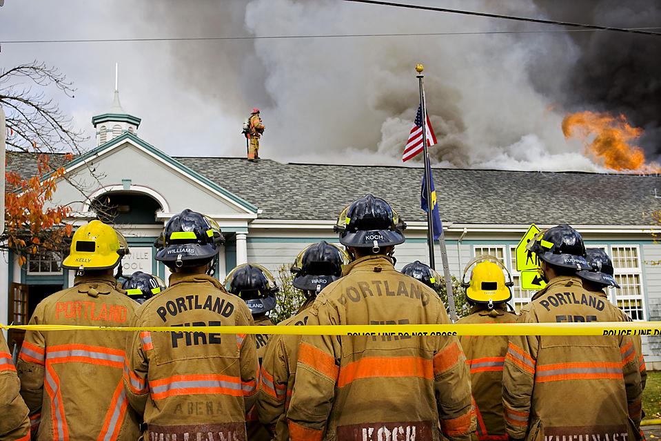 2) Более 400 учащихся и 17 учителей были эвакуированы в результате пожара  начальной школы Марисвиль в Портленде, штат Орегон. Причина пожара в здании школы, которому уже более 80 лет до сих пор не выяснена. (Bruce Ely/The Oregonian via Associated Press)