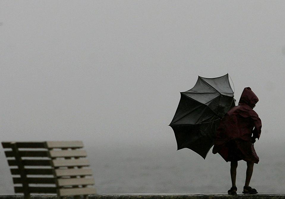 6) Мальчик под порывами ветра в Мумбаи. Синоптики сообщили о циклоне Фиан (Phyan) приближающемся к западному побережью Индии. Скорость ветра циклона достигает 73 км/ч. В Мумбаи в среду раньше закрылись школы и офисы. (Arko Datta/Reuters)