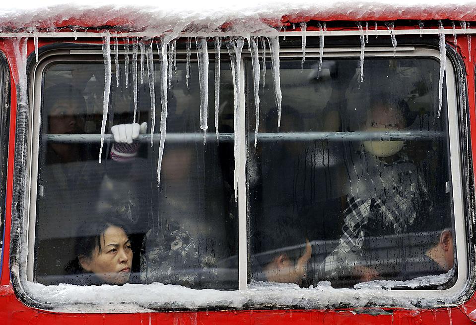 7) Сосульки на автобусе после снегопада в Тайюань, китайская провинция Шаньси. Тысячи автомобилей застряли на дорогах. Как сообщают государственные средства массовой информации, этот снегопад был ошибочно вызван китайскими учеными. (Reuters)