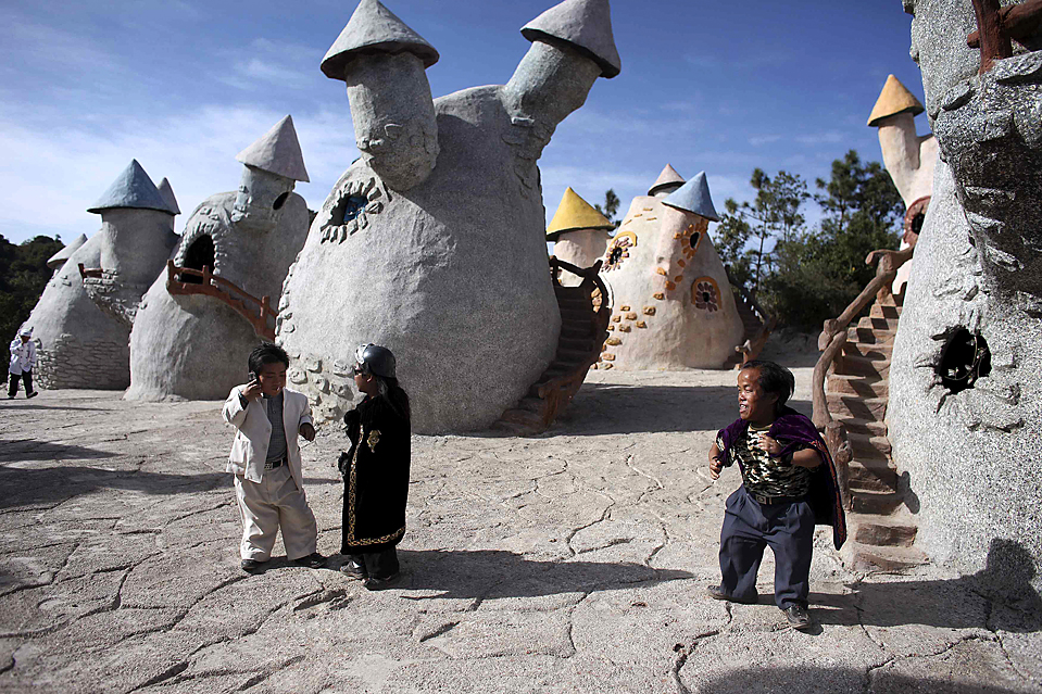 """9) Актеры готовятся к очередному показу представления """"Царство гномов"""" в Куньмин, провинция Юньнань, Китай. (Nir Elias/Reuters)"""