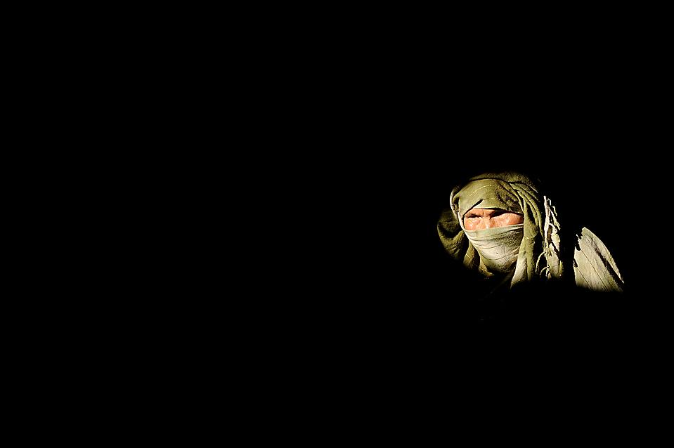"""14) Хадиджа в пещере, которую она называет своим домом в Бамиане,  Афганистан. Люди живущие в пещерах относятся к этнической группе хазарейцев, которые подвергались преследованиям со стороны """"Талибана"""". (Shah Marai/Agence France-Presse/Getty Images)"""