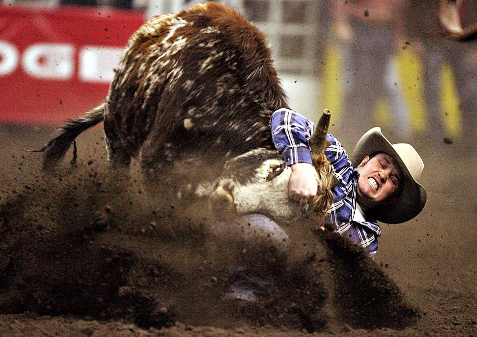 1) Бейли Милан, из канадского штата Альберта, во время соревнований по родео 2009 Canadian Finals Rodeo в Эдмонтоне. (Jason Franson/The Canadian Press/Edmonton Sun via Associated Press)