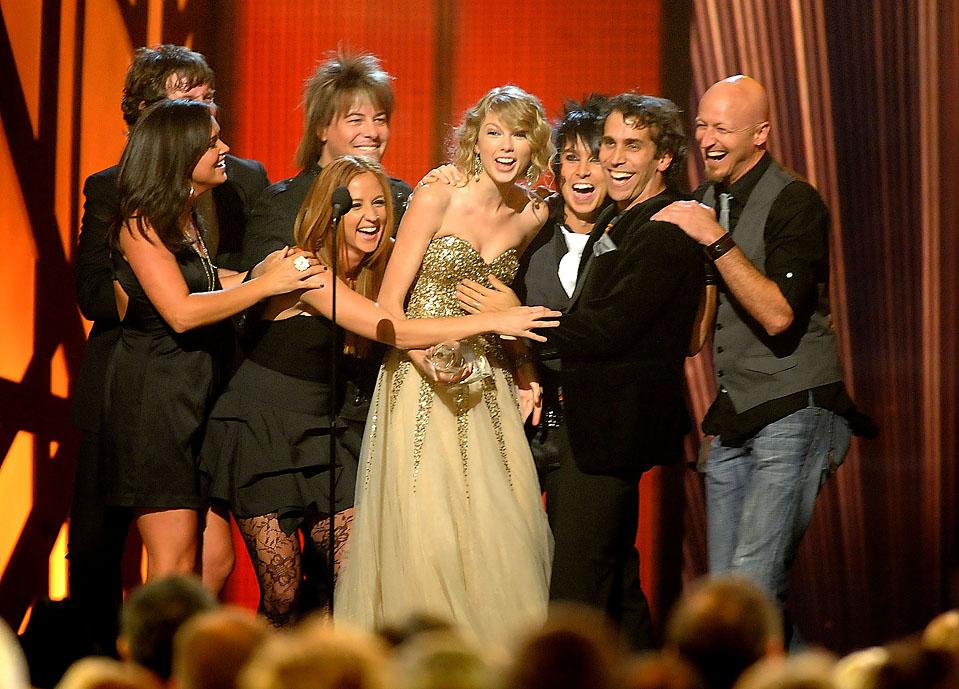 4) Кантри-певица Тейлор Свифт, в золотистом наряде, получила награду в четырех номинациях, включая звание исполнителя года. Снимок сделан на церемонии награждения «Country Music Association Awards» в Нэшвилле в среду. (Rick Diamond/Getty Images)