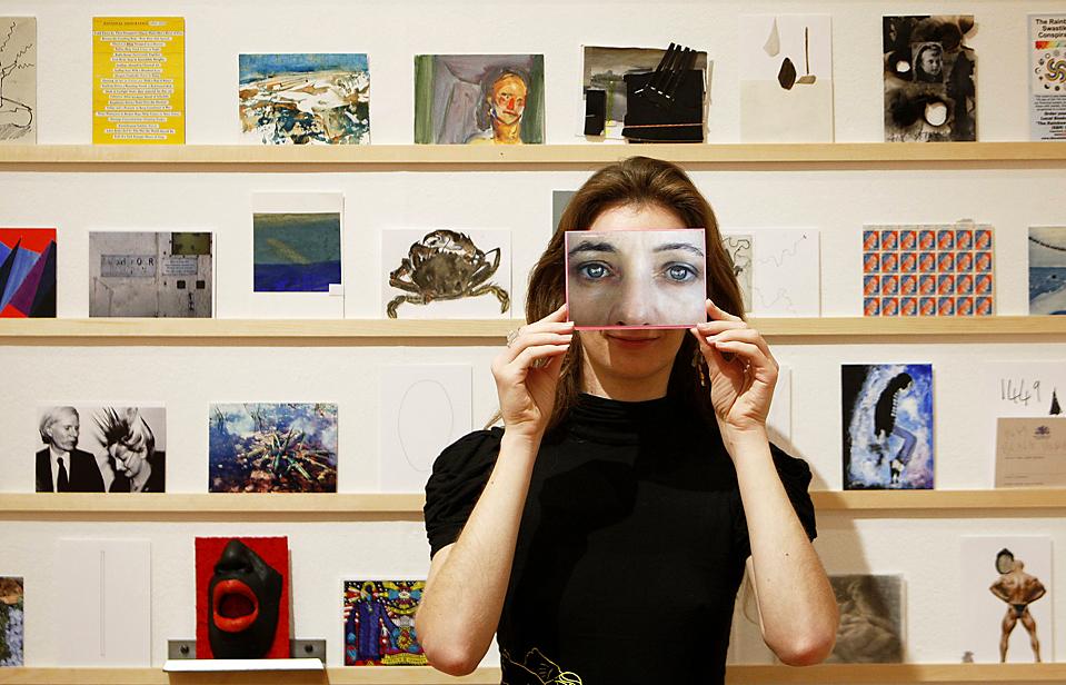 5) Девушка позирует с открыткой в Королевском колледже искусств в Лондоне. Это мероприятие представляет собой анонимную продажу открыток с работами художников, среди которых такие как Герхард Рихтер, Аниш Капур, Грейсон Перри, Дэвид Бейли и Йоко Оно. Продажа начинается 21 ноября. (Luke MacGregor/Reuters)
