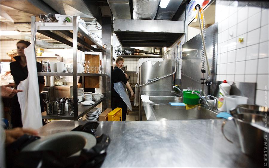 11) Отдельно есть мойка, она разделена на две части — посуда с кухни и посуда из зала.