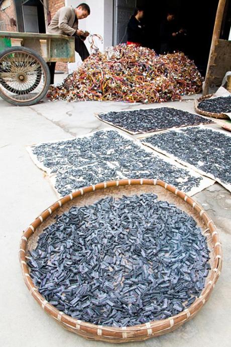 10) Рабочие выгружают провода, из которых позже достанут и рассортируют медь и сталь.