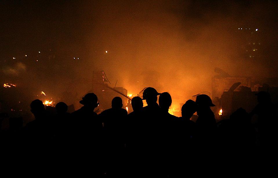 3) Пожарные во время тушения пожара в Мандалуйонг-Сити на Филиппинах. Пламя уничтожило около 1000 домов, но пока не сообщалось, ни об одном смертельном случае. Причина возгорания пока выясняется. (Cheryl Ravelo/Reuters)