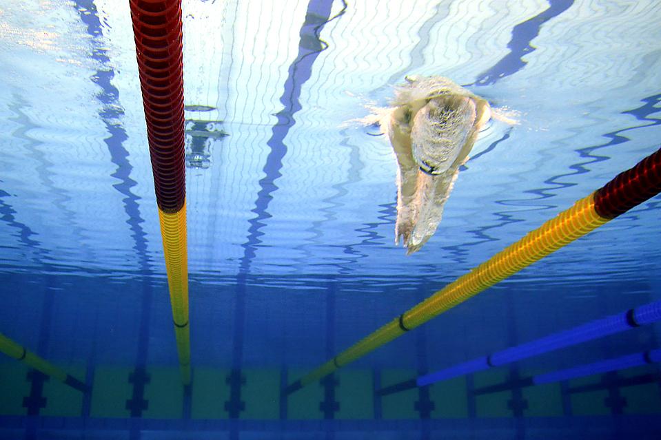 4) Немец Пол Бидерманн установил новый мировой рекорд, придя первым к финишу финального заплыва баттерфляем на 200 метром в Берлине в воскресенье. Пол побил свой собственный мировой рекорд, сократив время почти на 1,5 секунды и придя к финишу за 1:39.37,. (Gerit Borth/Agence France-Presse/Getty Images)