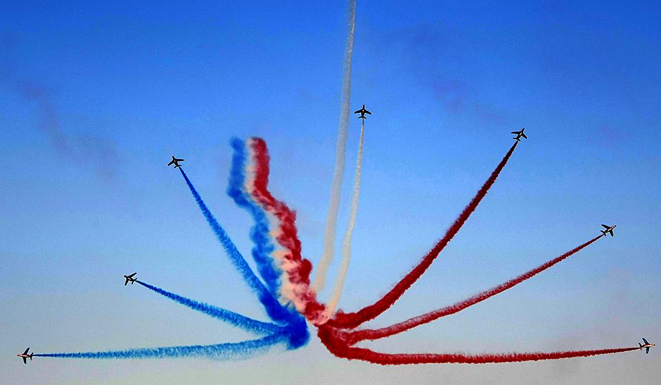 7) Французская команда высшего пилотажа выступает на Дубайском авиашоу. Авиашоу Dubai Airshow 2009 проходит в Дубае с 15 по 19 ноября 2009 года. На выставке представлены экспонаты 900 компаний из 50 стран мира. (Marwan Naamani/Agence France-Presse/Getty Images)