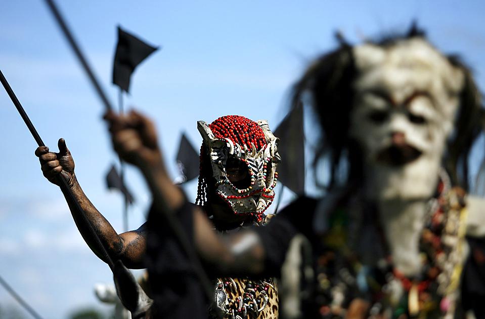 10) Артисты в костюмах индейцев приняли участие в традиционном фолк-фестивале в Сан-Мартин, Колумбия. Ежегодный фестиваль служит напоминанием о борьбе индейцев за свободу против испанского колониализма. (Vizcaino/Reuters)