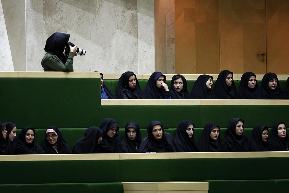 11) Фотограф на парламентских дебатах в Тегеране. Парламент утвердил последние три кандидатуры в кабинет министров, выдвинутые президентом Ахмадинежадом, после отклонения его первоначального выбора в сентябре. (Vahid Salemi/Associated Press)