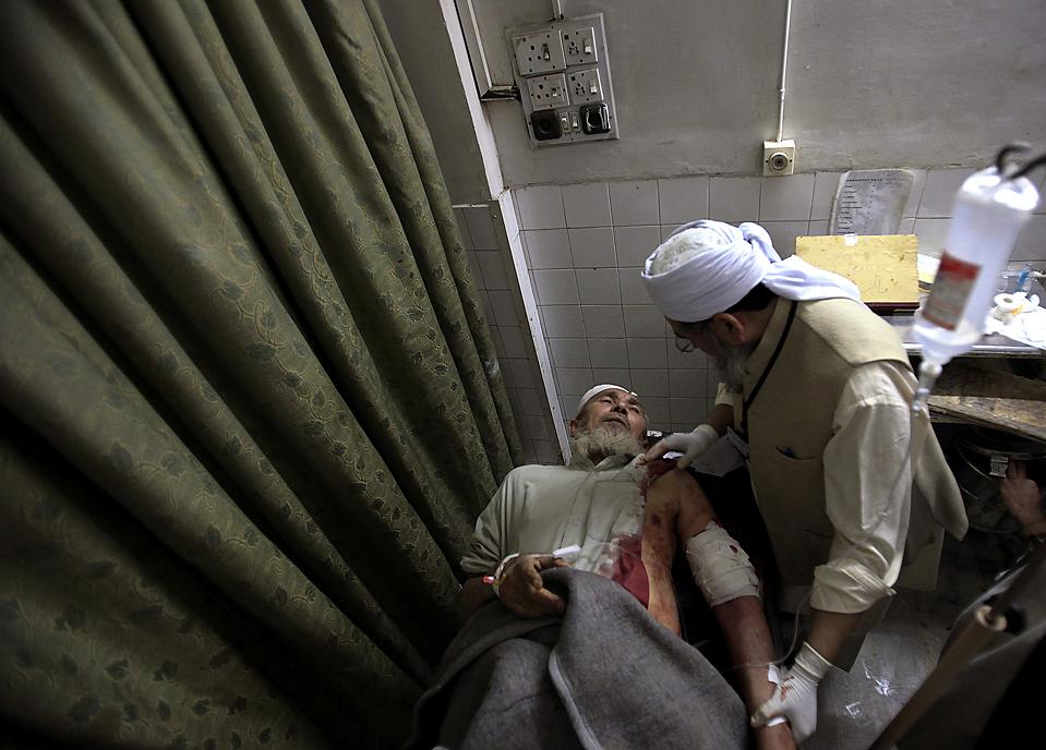 14) Мужчина в больнице города Пешавар, Пакистан, после взрыва пикапа со взрывчаткой у полицейского участка, в результате которого погибло четыре человека. (K. Parvez/Reuters)