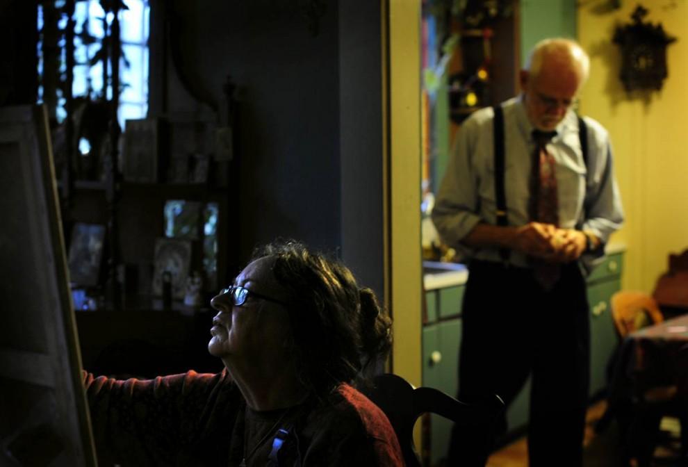 11. Мэри Фурман из Мюррея, штат Кентукки, пишет маслом портрет внучки. Ее муж Джозеф только что вернулся с работы. Мэри начала рисовать еще в начальной школе. Она говорит, что ей нравится работать над пейзажами, портретами и картинами на церковную тему. «Я интересуюсь освещением и цветом, и во время рисования у меня появляется особое настроение, я как будто захватываю сущность предмета», - говорит она. Она старается рисовать каждый день. «Просто мне это нравится, это часть меня». (Rebecca Barnett/2009 Mountain Workshops)
