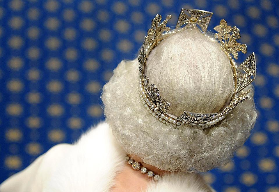 2) Королева Елизавета II в бриллиантовой Короне Британской империи идет, чтобы объявить планы правительства на следующую парламентскую сессию. (Toby Melville/Reuters)