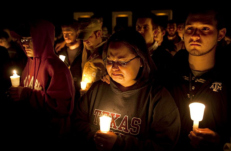 4) Более 3 тысяч человек собрались на ночное бдение, чтобы вспомнить о 12-ти жертвах обрушения праздничного костра, которое произошло 10-лет назад в университете «Texas A&M University» в городке Колледж-Стейшн, Техас. Люди со свечами собрались ночью на месте несчастного случая, который произошел 18 ноября 1999. (Jay Janner/Austin American-Statesman via Associated Press)