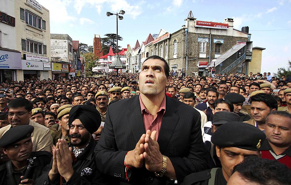 """5) Родившийся в Индии американский рестлер Дилип Сингх Рана, известный под сценическим псевдонимом """"Великий Хали"""", возвышается в толпе в индийском городе Шимла. (Associated Press)"""