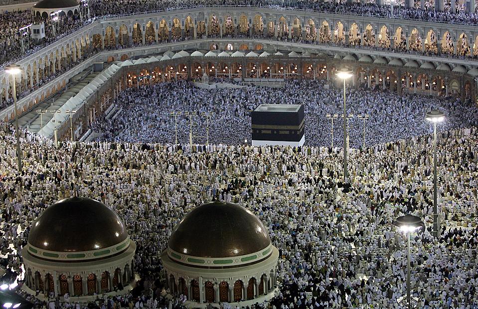 6) Паломники молятся у Большой мечети в Мекке, Саудовская Аравия. Около 2,5 миллионов мусульман со всего мира отправились в паломничество в священные мусульманские города Мекку и Медину, которая также расположена в Саудовской Аравии. Подобное паломничество правоверный мусульманин должен совершить по крайней мере один раз в жизни. (Mahmud Hams/Agence France-Presse/Getty Images)