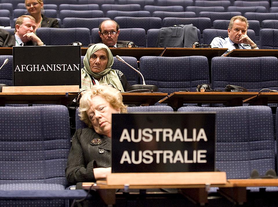8) Делегаты слушают - а некоторые дремлют - в ходе сессии Парламентской ассамблеи НАТО в Эдинбурге. Генеральный секретарь Андерс Фог Расмуссен заявил о своей уверенности о том, что альянс согласится на увеличение числа военнослужащих для борьбы с повстанцами в Афганистане. (Derek Blair/Agence France-Presse/Getty Images)