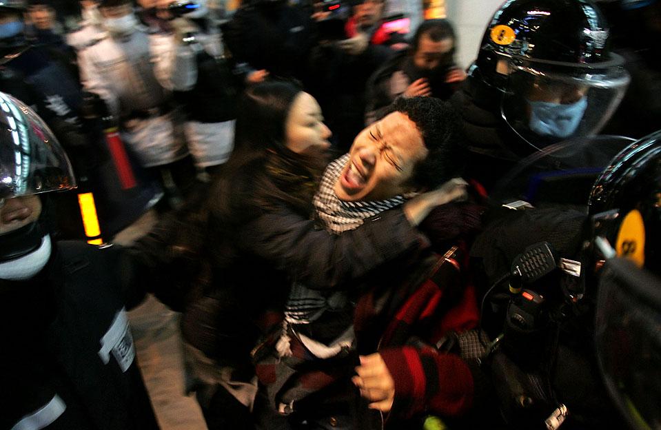 10) Около 200 жителей Южной Кореи во время акции протеста в Сеуле, перед прибытием президента США Барака Обамы. Сейчас обсуждается план повторной отправки южнокорейских войск в Афганистан, которые были выведены оттуда в 2007 году. (Chung Sung-Jun/Getty Images)