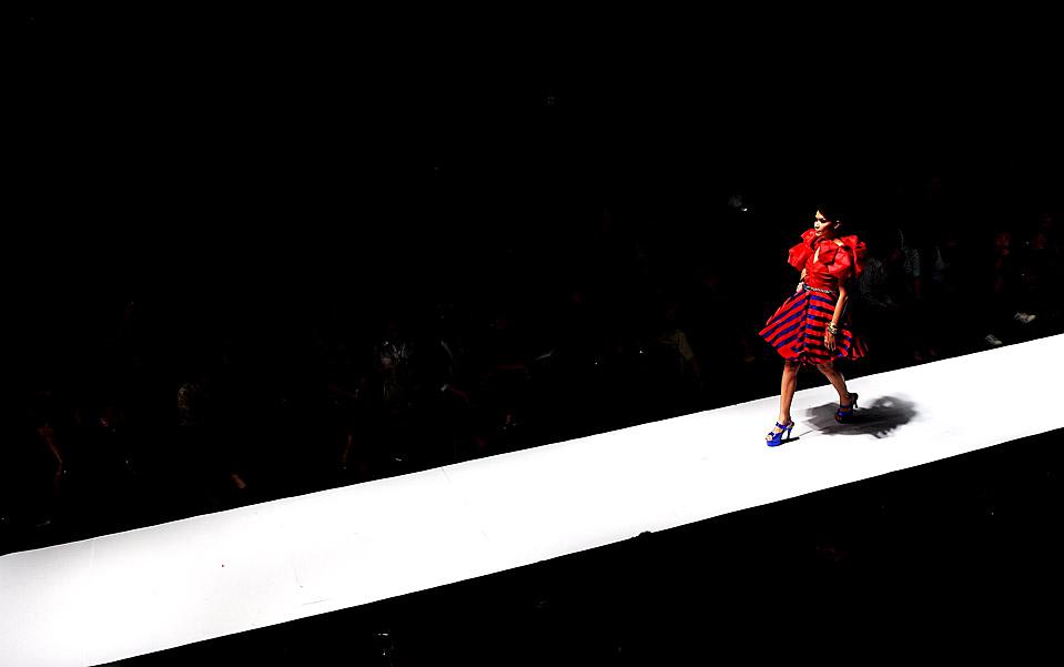 14) Модели демонстрируют наряды от дизайнера Adesagi в Джакарте во время Индонезийской недели моды. (Ulet Ifansasti/Getty Images)