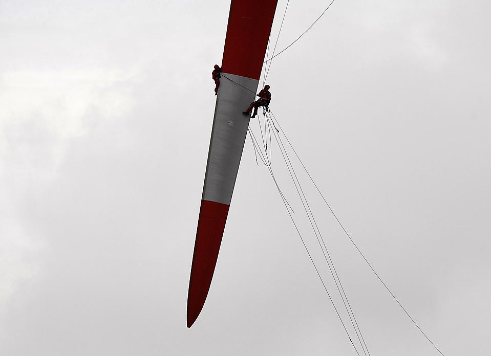 15) Рабочие во время ремонтных работ на роторе крыльев ветряных турбин в немецком городе Бремерхафен. (Christian Charisius/Reuters)