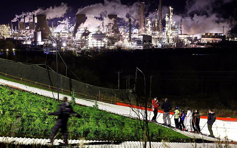 16) Урок по катанию на лыжах на искусственном лыжном склоне в шотландском городе Гранджмаус. На заднем плане виден нефтеперерабатывающий завод. (Jeff J. Mitchell/Getty Images)
