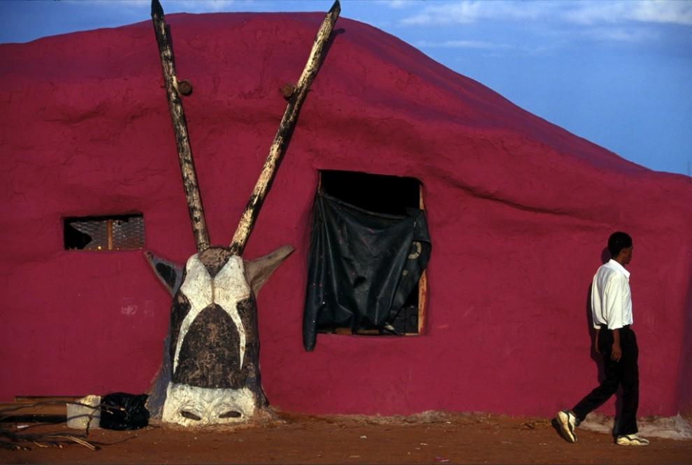 11. Покрытое тканью жилище бушменской общины, поддерживаемое конструкцией в виде антилопы, в Велкоме, Южная Африка, отражает крепкую связь культуры с природой. Изменчивые времена вынудили кочевников перебраться на окраины «новой» Африки, где зачастую им приходится бороться за выживание. (Chris Johns)