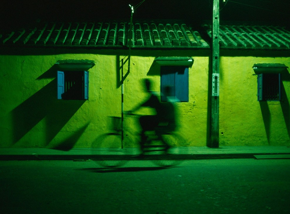 11. Два мальчика едут на велосипеде ночью по улицам Хой Ан, Вьетнам. Этот старый город входит в список Всемирного наследия, так как здесь находится много древних зданий 15-19 веков. (Justin Guariglia)