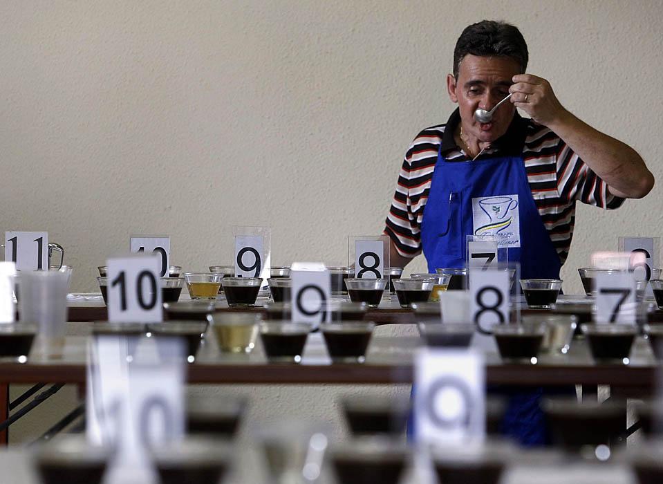11) Один из судей попробует элитный кофе на конкурсе Кубок совершенства в бразильском городе Мачадо. Местные и международные судьи провели всю неделю в поисках лучших сортов кофе в Бразилии. (Paulo Whitaker/Reuters)