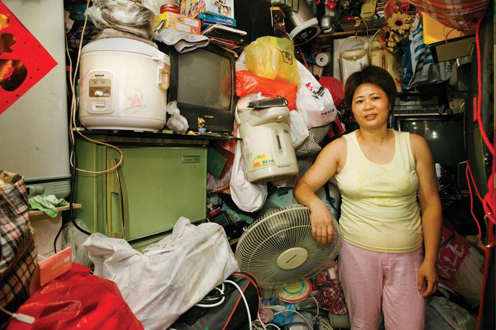 8. 38-летняя Чик Саи Мей прожила в Шек Кип Мей 5 с половиной лет. Работает лоточницей. В этом месте ей больше всего нравится удобное расположение. (Michael Wolf/ New York Times Lens)