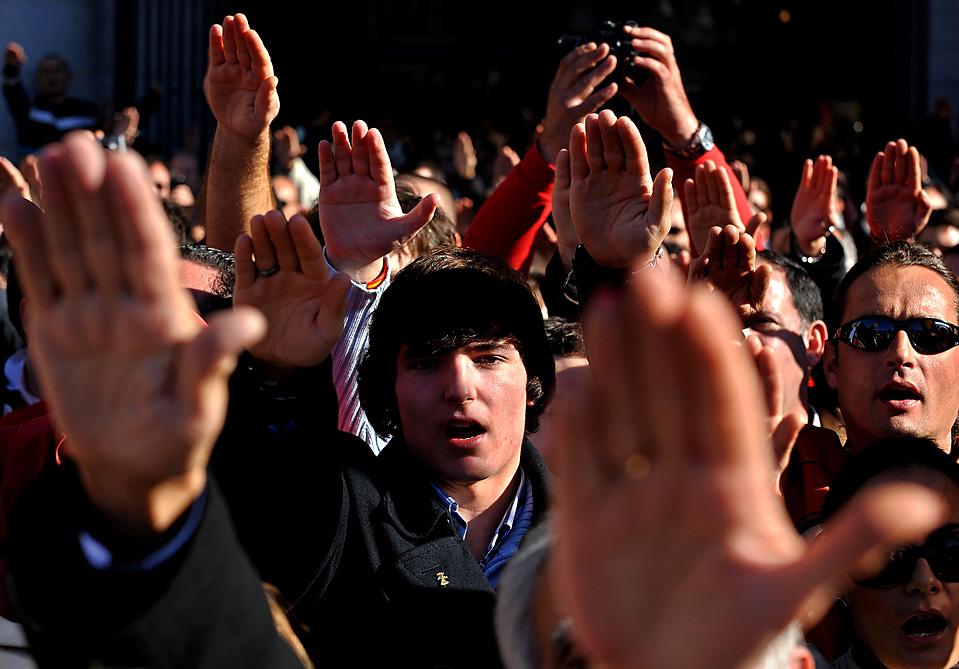 14) Сторонники испанского генерала Франко салютуют во время митинга в Мадриде в ознаменование 34-й годовщины смерти диктатора. (Jasper Juinen/Getty Images)