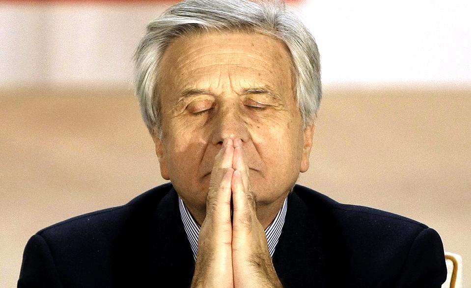 12) Президент Европейского центробанка Жан-Клод Трише готовится к выступлению на конференции в Мадриде. Жан-Клод Трише считает, что говорить о завершении нынешнего финансового кризиса пока рано. (Nacho Doce/Reuters)