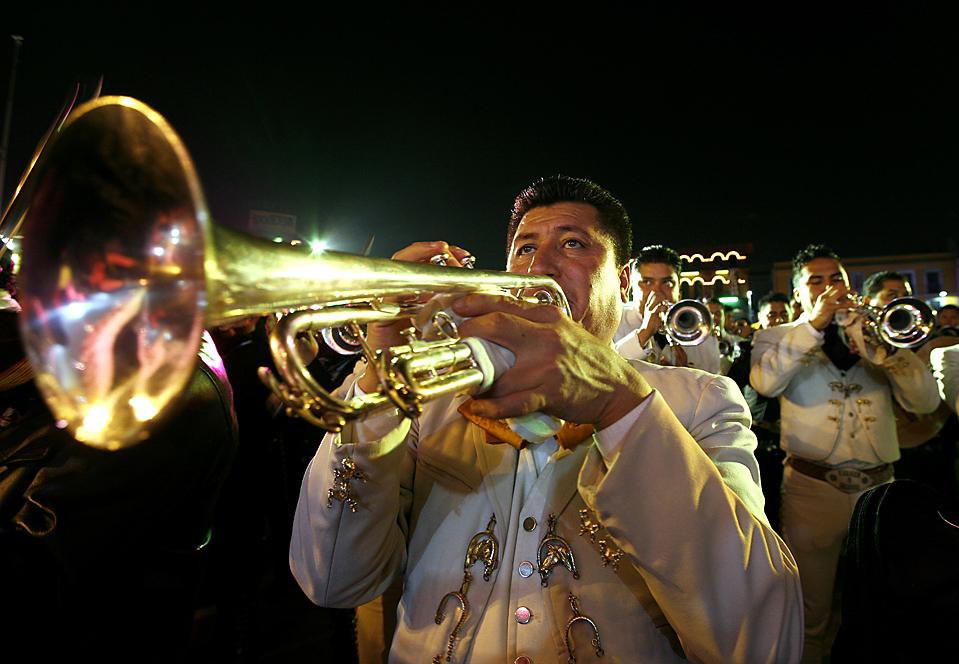 10) Мариачи играют в честь Святой Сесилии, покровительницы музыки, на площади Гарибальди в Мехико. (Marco Ugarte/Associated Press)