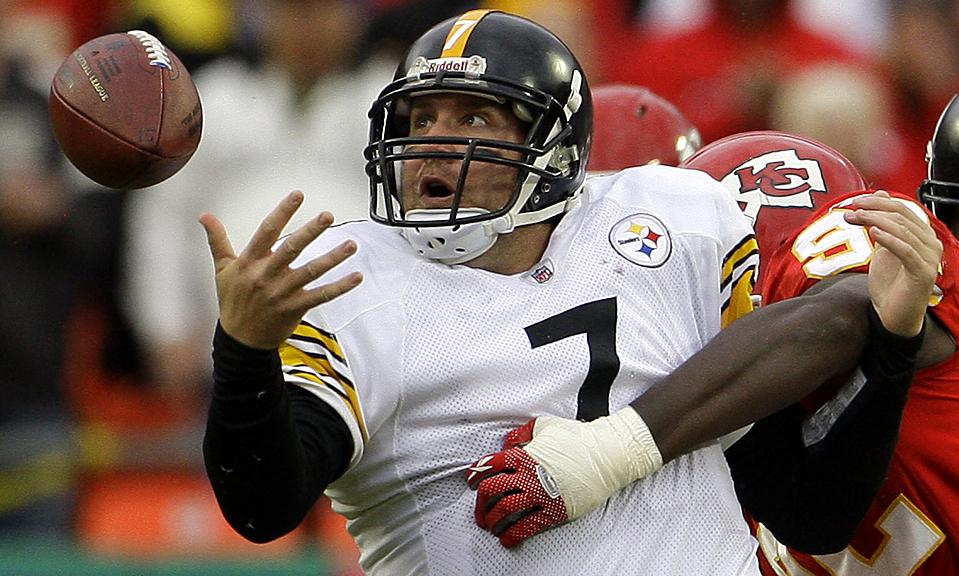 8) Защитник команды «Pittsburgh Steelers» Бен Ретлисбергер пытался схватить мяч, во время игры против команды «Kansas City Chiefs» в штате Миссури. Сити Чифс выиграли со счетом 27-24 в овертайме. (Charlie Riedel/Associated Press)